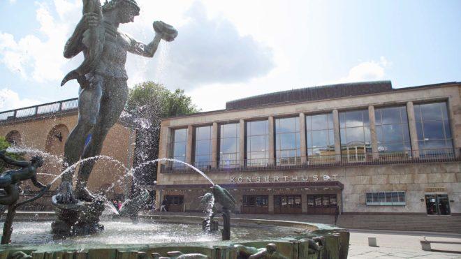 Göteborgs konserthus vid Götaplatsen, med fontänen Poseidon i förgrunden