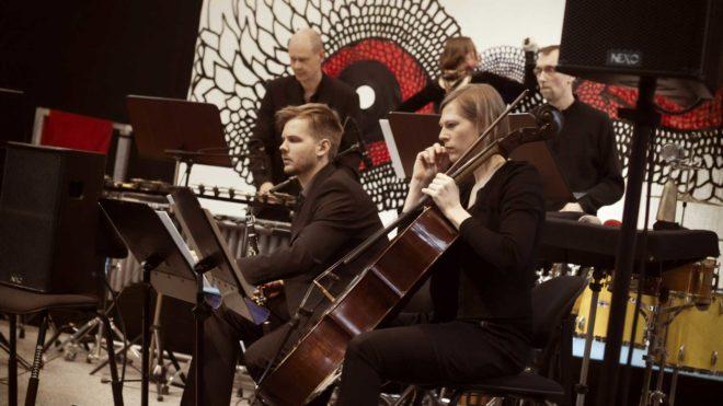 Gageego! spelar i Nordstan. Carolina Falkholts konst i bakgrunden.