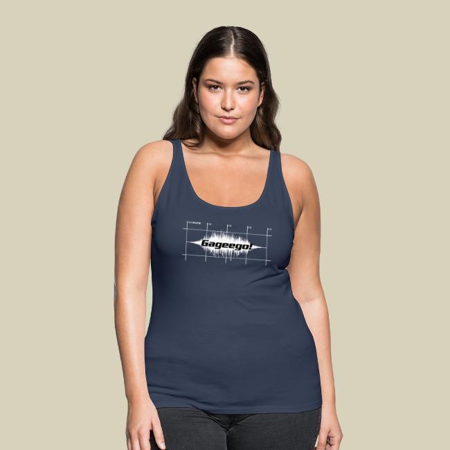 Modell visar ett mörkblått linne med Gageego!-tryck