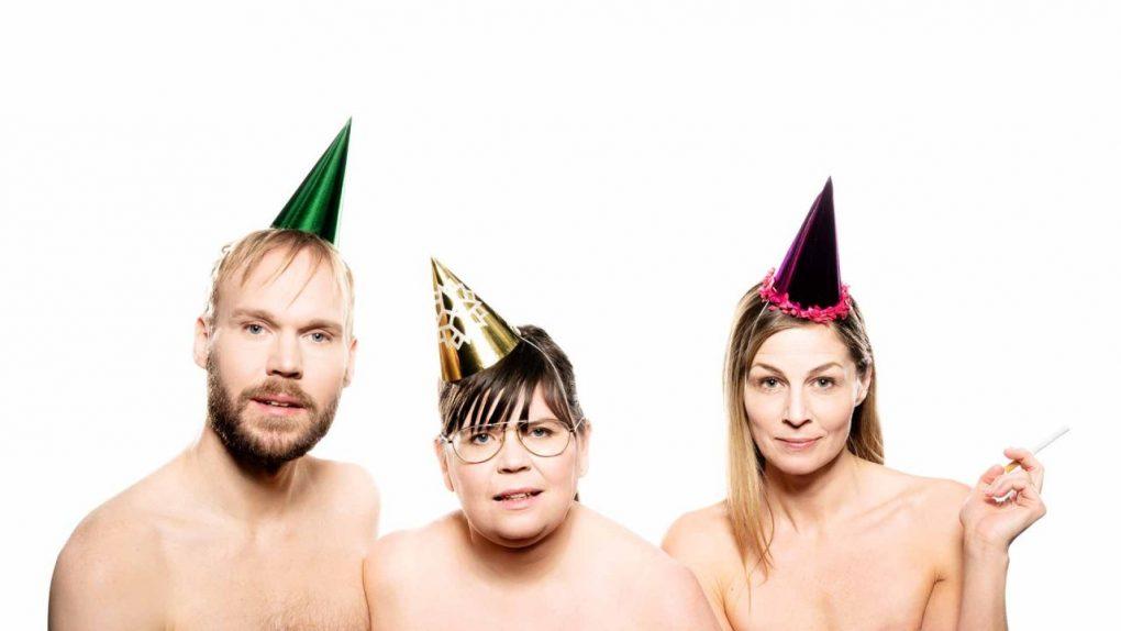 Tre nakna operasångare med partyhattar
